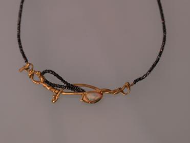 Gold, schwarze Diamanten, Opal